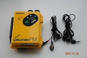 VINTAGE 1980'S SONY SPORTS WALKMAN FM RADIO & TAPE PLAYER . WMF5 GOOD CONDITION