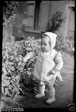 Enfant bébé dans le jardin plante - Ancien négatif photo an. 1940