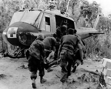 VIETNAM WAR MEDEVAC HELICOPTER DUST-OFF WOUNDED SOLDIER AIR RESCUE PHOTO