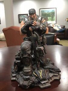 gears of war marcus fenix statue