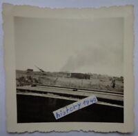 Foto mit Flakstellung und brennendes Dorf im Hintergrund in Frankreich. (5)