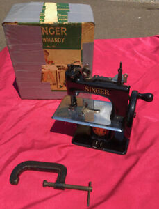 OLD & IN BEAUTIFUL CONDITION SINGER MODEL 20 HAND CRANK TOY SEWING MACHINE & BOX