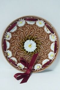 VINTAGE MAJOLICA EMBOSSED WOVEN RIBBON DAISY PATTERN LEAF POTTERY PLATE