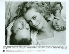 CYBILL SHEPHERD BRUCE WILLIS CUDDLE MOONLIGHTING ORIGINAL 1988 ABC TV PHOTO