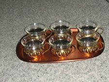Teegläser -Teetassen mit Messig halterung  auf Kupfer Tablett.