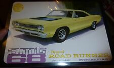 AMT 1/25 1968 PLYMOUTH ROAD-RUNNER IN YELLOW 2N1 Model Car Mountain KIT fs 821