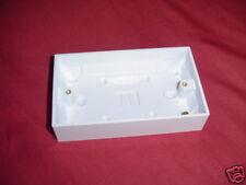 Doble caja de enchufe de montaje en superficie (caja posterior)