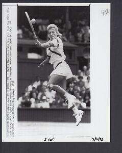 Martina Navratilova 1990 Wimbledon 2nd round 7x9 Glossy AP Photo w/Caption