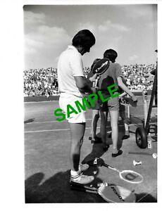 ORIGINAL PRESS PHOTO - WIMBLEDON TENNIS STAR ILIE NASTASE BEATEN BY SANDY MAYER