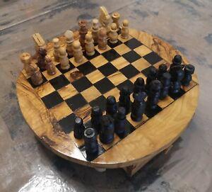 Scacchiera in legno di alta qualità e scacchi. Tutto interamente lavorato a mano