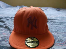 casquette NEW YORK YANKEES taille 7 orange et violette TRES ORIGINAL