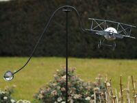 Gartenstecker Windspiel  Gartendeko Metall Pflanzenstecker Doppeldecker Flugzeug