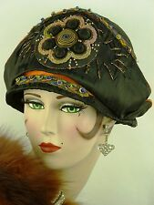 Vintage Chapeau ORIG 1920 S Cloche soie noire, Egyptian Revival W Applique & Threads