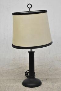 g99f16- Tischlampe mit cremefarbenem Lampenschirm