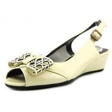 Zapatos de tacón de mujer de tacón medio (2,5-7,5 cm) de color principal crema de charol
