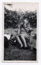 PHOTO ANCIENNE Femme allongée Robe Chaise longue Vers 1940 Jardin Repos Sieste