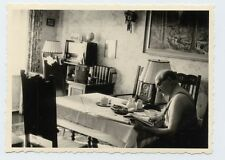 Foto alter Mann liest Zeitung Wohnung Inneneinrichtung altes Radio Lampe Stuhl