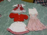 lot=  5  vétements poupées  roses ,rouges faits main   une robe neuve rouge