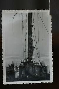 alts Foto 2.WK Soldaten auf Schiffsfwrack