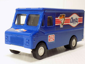 ERTL Grumman Walk In Van  Chee-Toes Cheese Chips Bank # 9023 NOS