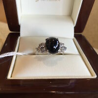 .AN 18CT WHITE GOLD, DIAMOND & SAPPHIRE RING WITH VALUATION $1925