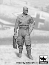 Black Dog 1/32 German Luftwaffe Fighter Pilot #1 WWII holding Life Jacket F32031