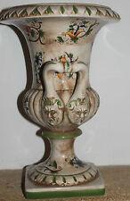 joli pot ou urne  en céramique ou faïence capodimonte