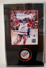 Red Wings Dominik Hasek - SIGNED Photo & Puck Framed !
