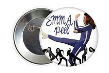 Badge Pin Button 38 mm Emma Peel Chapeau melon et bottes de cuir