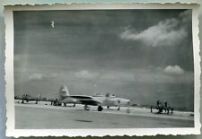 photo ancienne d'un avion  . 1952