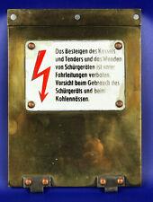 Messing-Wartungsklappe von DB-Neubau-Dampflok mit Emaille Warn-Hinweisschild