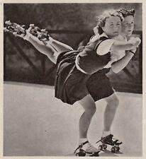 D5455 Ragazze sulla pista di pattinaggio - Stampa d'epoca - 1938 vintage print
