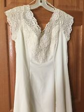 Alfred Angelo Wedding Dress size 13-14.    Fully lined long length. Off white
