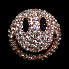 Brosche mit Smiley, Emoji, weiße Kristalle, Emaille roségoldfarbenes Metall