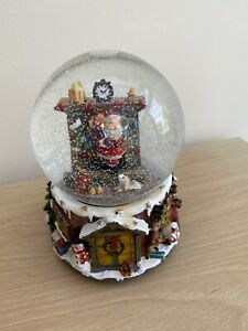 Wind Up Musical Santa Claus Snowglobe Shake Glitter Dome Christmas Holiday Décor