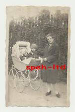 Original Foto / Frau mit Kinderwagen