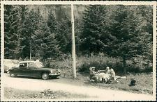 Touristes pique-niquant sur la route  Vintage silver print.  Tirage argentique