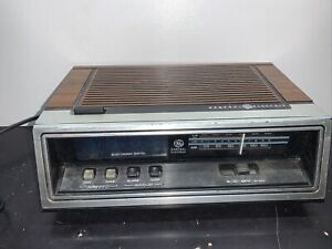 Vintage 1978 G.E. General Electric Clock Radio Blue LCD Digital Alarm 7-4651B