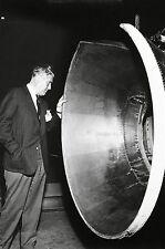 WERNHER VON BRAUN INSPECTS DOCKING SIMULATOR - 8X10 NASA PHOTO (EP-156)