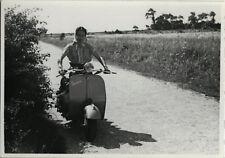 PHOTO ANCIENNE - VINTAGE SNAPSHOT - VESPA SCOOTER FEMME MODE-MOTORBIKE FASHION 1