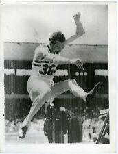 Photo presse United press london Bureau Cruttenden takes the long jump Melbourne