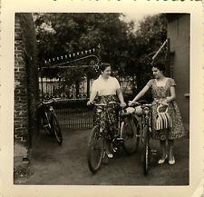 PHOTO ANCIENNE - VINTAGE SNAPSHOT - VÉLO BICYCLETTE FEMME GRILLE - BIKE WOMAN
