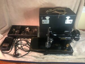 1940 SINGER 221 Featherweight SEWING MACHINE with Case + Extras Works w wear
