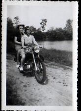 Photo amateur / FEMME pilote de MOTO en 1951