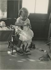Petite fille et poupée Vintage silver print Tirage argentique  15x20  Circ