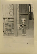 PHOTO ANCIENNE - VINTAGE SNAPSHOT - ENFANT MUSICIEN MUSIQUE TROMPETTE MODE DRÔLE
