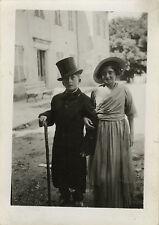 PHOTO ANCIENNE - VINTAGE SNAPSHOT - ENFANT MARIAGE DÉGUISEMENT MODE COUPLE DRÔLE
