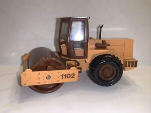 CONRAD NZG CASE 1102 ROLLER 1/35 CASE NEW HOLLAND