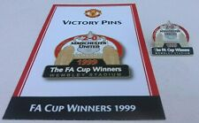MANCHESTER UNIYED V NEWCASTLE 1999 FA CUP WINNERS VICTORY PINS CARD & BADGE VGC