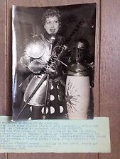 PHOTO DE PRESSE 1955 JACQUELINE  FRANÇOIS  CHANTE DANS ARMURE DE FERNAND CORTEZ